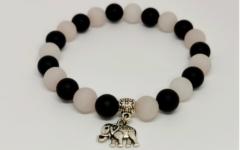 Kép 2/2 - Ónix, rózsakvarc női ásvány karkötő elefánt medállal - 1